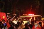 Xe cứu thương bất lực hú còi giữa dòng người mừng tuyển Việt Nam chiến thắng