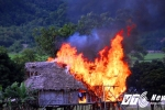 Video: Chủ nhà đi vắng, 'bà hỏa' ghé thăm thiêu rụi cả lán trại