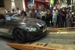 Video: Lấn chiếm vỉa hè, hàng loạt xe sang bị cẩu về trụ sở công an