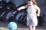 Clip: Công chúa út Harper chập chững ra sân chơi bóng cùng bố David Beckham