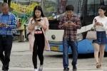 Video: Trung Quốc phạt tiền người vừa sang đường vừa xem điện thoại