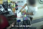 Clip: Tiếng quát uy lực của nữ nhân viên khiến tên cướp có dao sợ hãi chạy trối chết