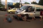 Băng qua đường, 2 người trên xe máy bị xe khách tông nguy kịch