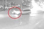 Sang đường bất cẩn, 2 thanh niên đi xe máy bị ôtô tông bay người