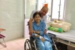 Bắt đầu truyền thuốc điều trị bệnh, Mai Phương vẫn tươi cười lạc quan khi đồng nghiệp đến thăm