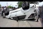 Clip: Ôtô tông gãy cột điện, lật ngửa bụng trên đường