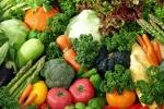 Phun thuốc vào rau quả, tự nông dân không dám ăn