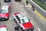 Clip: Đổ xe chở tiền, dân đổ xô 'hôi của'