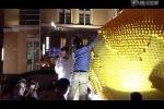 Dân Trung Quốc 'hôi của' bóc nham nhở tác phẩm nghệ thuật giữa Thượng Hải