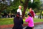 Xử phúc thẩm thảm sát ở Bình Phước: Mẹ bị cáo Tiến quỳ trước sân toà xin lỗi gia đình nạn nhân