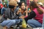 Anh: Nguoi dan xep hang dai ca cay so cho via chua Ong o pho co Hoi An hinh anh 10