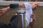 Clip: Kinh ngạc trước cú đá mở nắp chai của tài tử 'Người vận chuyển'