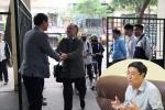 Bất ngờ thú vị về vị hiệu trưởng đứng ở cổng trường chào học sinh mỗi ngày
