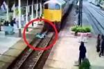 Clip: Bị tàu hỏa cán qua người vẫn sống sót, đứng dậy chạy như thường