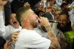 Video: Ramos giành micro cùng CĐV hát mừng Real vào chung kết Cúp C1