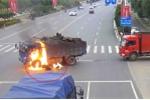 Đâm trúng bình xăng xe tải, người đi xe máy bốc cháy như đuốc