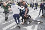 Trai làng nước Anh đấm đá túi bụi, chơi 'cướp phết' cầu may