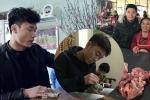 Sao U23 Việt Nam đón Tết: Gói bánh chưng, vào bếp, bán thịt lợn cùng mẹ