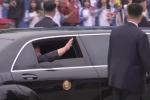 Video cận cảnh: Ông Kim bước lên xe Mercedes, dàn cận vệ chạy bộ tháp tùng