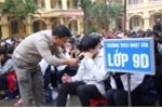 Gặp thầy giáo khiến hàng trăm học sinh khóc nức nở ngay tại sân trường