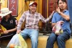 Anh: Nguoi dan xep hang dai ca cay so cho via chua Ong o pho co Hoi An hinh anh 11