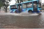 Video, ảnh: Hà Nội mưa xối xả, hàng loạt tuyến phố ngập sâu