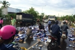 Dân Đồng Nai giúp tài xế thu dọn hàng nghìn lon bia rơi vãi ra đường