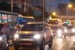 Video: Nhà thầu ngăn đường vào giờ cao điểm, giao thông hỗn loạn