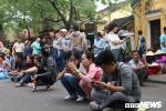 Anh: Nguoi dan xep hang dai ca cay so cho via chua Ong o pho co Hoi An hinh anh 9