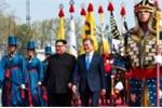 Video: Khoảnh khắc ông Kim Jong-un đặt chân sang đất Hàn Quốc