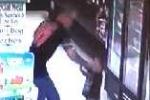 Phẫn nộ ông bố đánh con 3 tuổi ngã lăn quay trong siêu thị