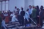 Xét xử vụ án góp 800 tỷ đồng vào Oceanbank: Ông Đinh La Thăng vui vẻ trò chuyện khi toà tạm dừng