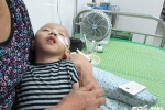 Rớt nước mắt cảnh mẹ bỏ đi, bà nội một mình chăm cháu trai bại não mong manh sự sống