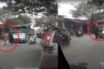 Đang xử lý xe tải làm rơi đất cát ra đường, CSGT bị 2 thanh niên xô đẩy