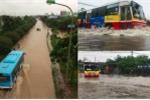 Mưa lớn ngày cuối tuần, xe buýt 'bơi' giữa phố Hà Nội