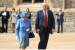 Tong thong Trump bi chi trich vi 'phot lo' nu hoang Anh Elizabeth II hinh anh 2
