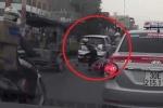 Nữ 'ninja' đi xe SH rẽ ngang khiến xe Lead giật mình ngã nhào xuống đường