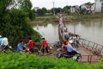 Video: Rùng mình đi trên cây cầu phao rung bần bật giữa thủ đô