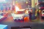 Ôtô bùng cháy dữ dội khi đang đổ xăng