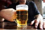 Khoa học chứng minh uống một ly bia giúp con người hòa đồng hơn