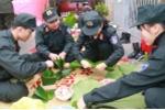 Chiến sỹ cảnh sát cơ động trổ tài gói bánh chưng đón Tết