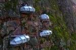 Chóng mặt ngắm khách sạn con nhộng cheo leo trên vách núi