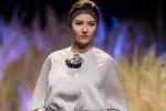 4 tháng sau sinh con gái, Hồng Quế trở lại sàn catwalk