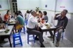 Video: Ông Obama đăng ảnh ăn bún chả ở Việt Nam để tưởng nhớ đầu bếp Bourdain