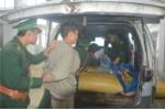 Bắt giữ kẻ vận chuyển quả thuốc phiện và pháo từ Lào về Việt Nam