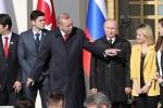 Video: Tổng thống Thổ Nhĩ Kỳ 'giành' người đẹp với ông Putin