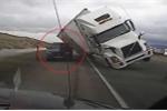 Gió thổi xe tải lật, đè nát xe cảnh sát
