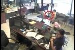 Clip: Nam thanh niên cướp iPad trên tay bé 4 tuổi ở thẩm mỹ viện