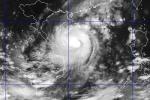 Siêu bão đổ bộ miền Trung: Càng vào bờ càng mạnh