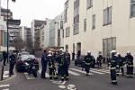 Những kẻ lạ mặt xông vào tòa báo bắn chết 12 người